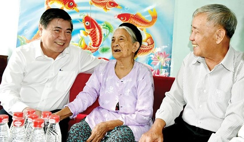 HCMC leaders pay tribute to heroes, fallen soldiers ảnh 3