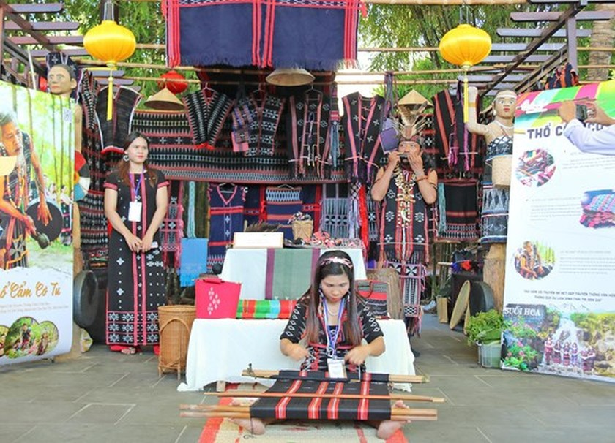 Int'l Silk - Brocade Festival 2019 opens in Hoi An ảnh 2