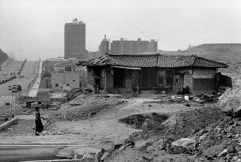 Photo exhibition showcasing Seoul for the past 40 years opens in Hanoi ảnh 1