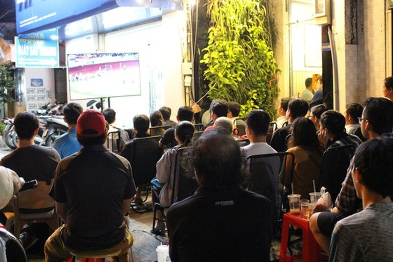 Football fans flood streets to celebrate Vietnam's football gold medal ảnh 12