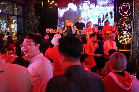 Football fans flood streets to celebrate Vietnam's football gold medal ảnh 14