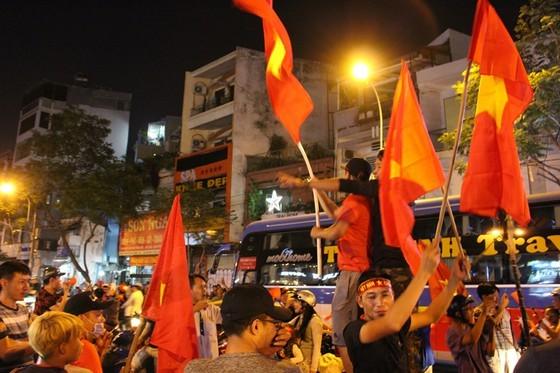 Football fans flood streets to celebrate Vietnam's football gold medal ảnh 16