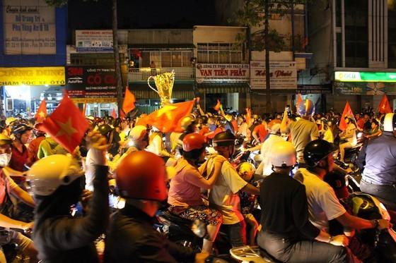 Football fans flood streets to celebrate Vietnam's football gold medal ảnh 17