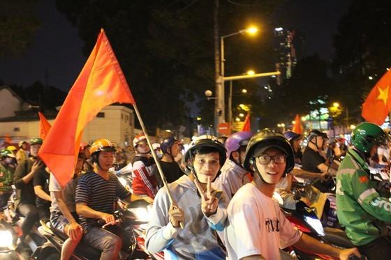 Football fans flood streets to celebrate Vietnam's football gold medal ảnh 18
