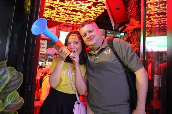 Football fans flood streets to celebrate Vietnam's football gold medal ảnh 19
