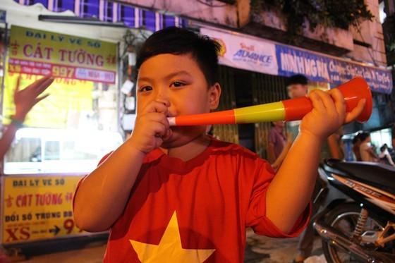 Football fans flood streets to celebrate Vietnam's football gold medal ảnh 20