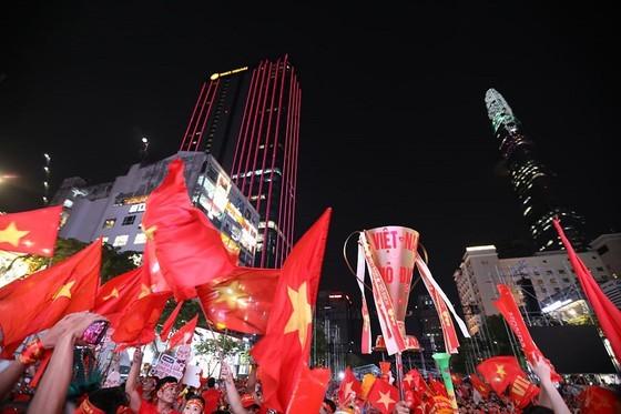 Football fans flood streets to celebrate Vietnam's football gold medal ảnh 23