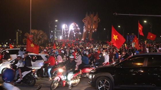 Football fans flood streets to celebrate Vietnam's football gold medal ảnh 24