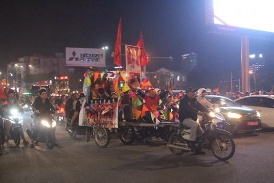 Football fans flood streets to celebrate Vietnam's football gold medal ảnh 27