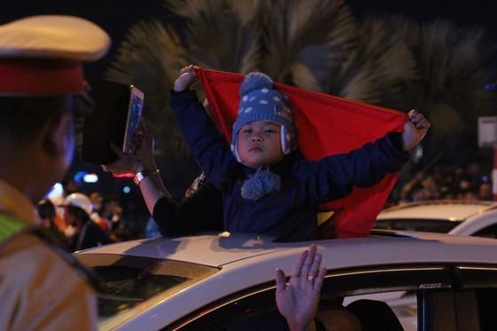 Football fans flood streets to celebrate Vietnam's football gold medal ảnh 29