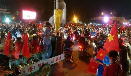 Football fans flood streets to celebrate Vietnam's football gold medal ảnh 31