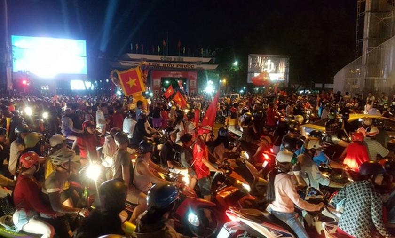 Football fans flood streets to celebrate Vietnam's football gold medal ảnh 32
