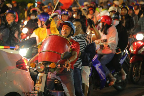 Football fans flood streets to celebrate Vietnam's football gold medal ảnh 36