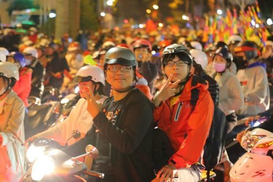 Football fans flood streets to celebrate Vietnam's football gold medal ảnh 37