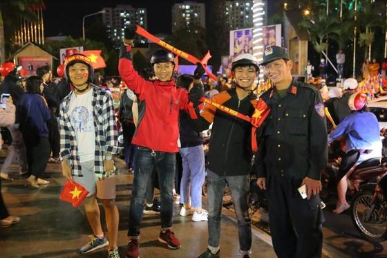 Football fans flood streets to celebrate Vietnam's football gold medal ảnh 38