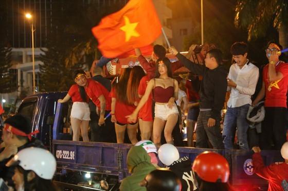 Football fans flood streets to celebrate Vietnam's football gold medal ảnh 39
