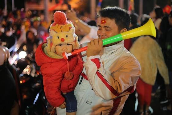 Football fans flood streets to celebrate Vietnam's football gold medal ảnh 40