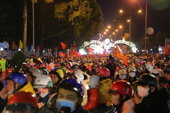 Football fans flood streets to celebrate Vietnam's football gold medal ảnh 41