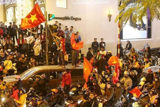 Football fans flood streets to celebrate Vietnam's football gold medal ảnh 2