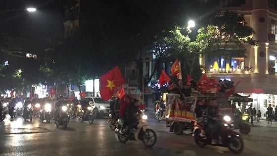 Football fans flood streets to celebrate Vietnam's football gold medal ảnh 4