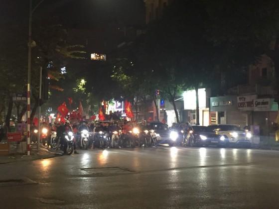 Football fans flood streets to celebrate Vietnam's football gold medal ảnh 5