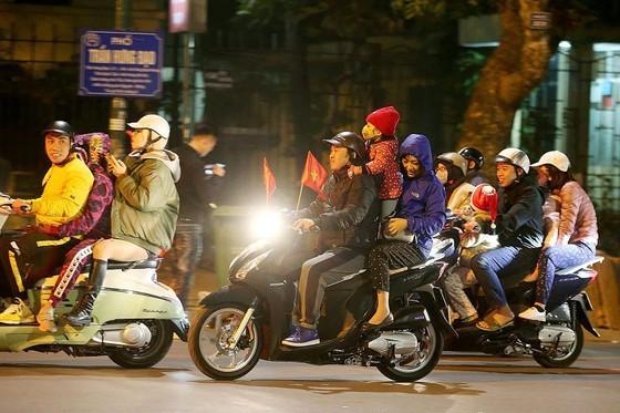 Football fans flood streets to celebrate Vietnam's football gold medal ảnh 6