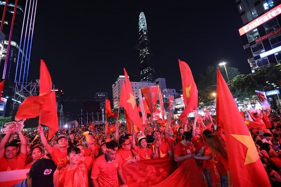 Football fans flood streets to celebrate Vietnam's football gold medal ảnh 8