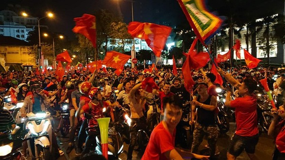 Football fans flood streets to celebrate Vietnam's football gold medal ảnh 9