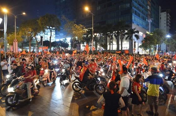 Football fans flood streets to celebrate Vietnam's football gold medal ảnh 10