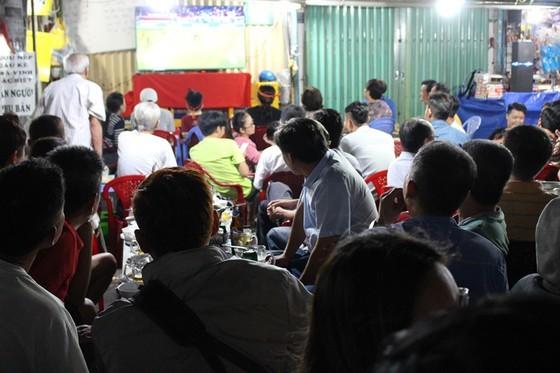 Football fans flood streets to celebrate Vietnam's football gold medal ảnh 11