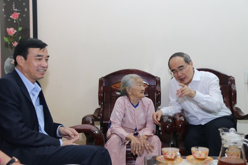 HCMC's leaders offer Tet gifts to needy people in Quang Nam, Da Nang ảnh 10