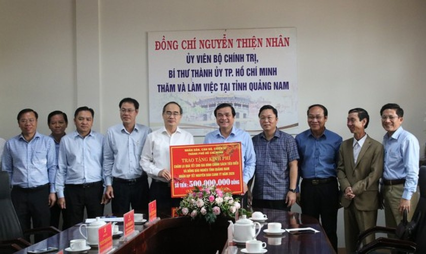 HCMC's leaders offer Tet gifts to needy people in Quang Nam, Da Nang ảnh 3