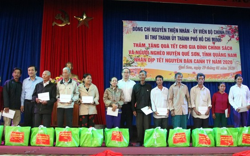 HCMC's leaders offer Tet gifts to needy people in Quang Nam, Da Nang ảnh 4
