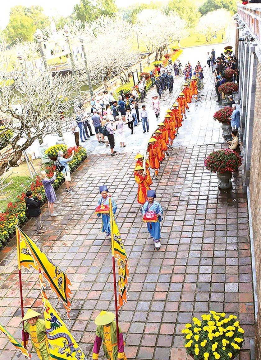 Foreigners enjoy Vietnam's traditional Tet holiday ảnh 1