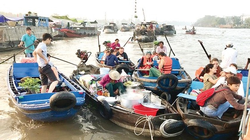 Foreigners enjoy Vietnam's traditional Tet holiday ảnh 2