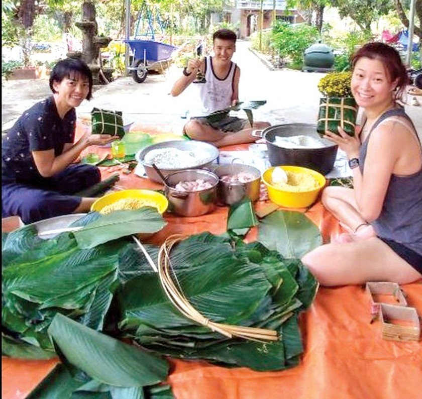 Foreigners enjoy Vietnam's traditional Tet holiday ảnh 5