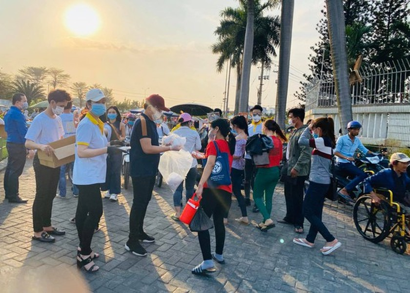 Vietnamese celebrities aid the fight against the virus outbreak ảnh 4