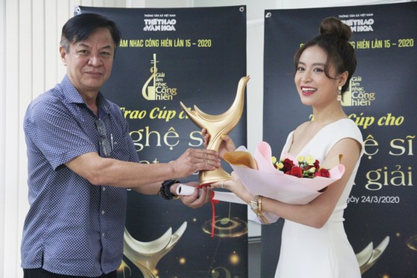 Pop singer Hoang Thuy Linh sets record at 2020 Devotion Music Awards ảnh 1