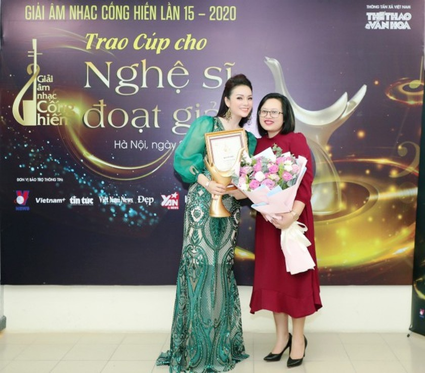Pop singer Hoang Thuy Linh sets record at 2020 Devotion Music Awards ảnh 3