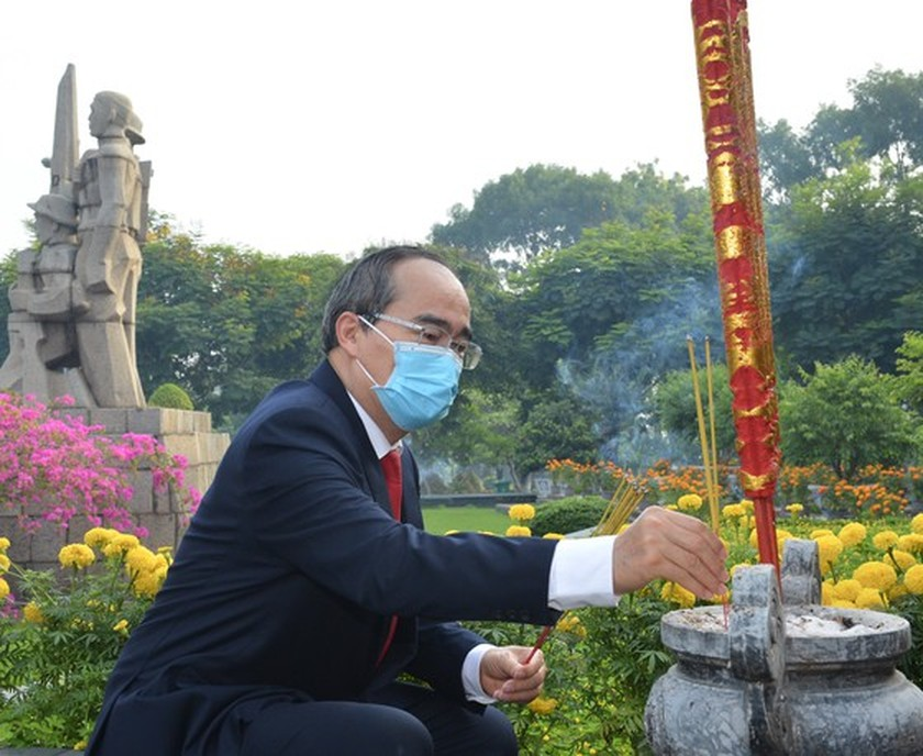 HCMC leaders commemorate President Ho Chi Minh, fallen soldiers ảnh 1