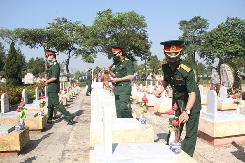 Quang Tri holds memorial service for remains of fallen soldiers in Laos ảnh 11