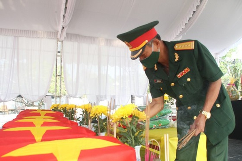 Quang Tri holds memorial service for remains of fallen soldiers in Laos ảnh 2
