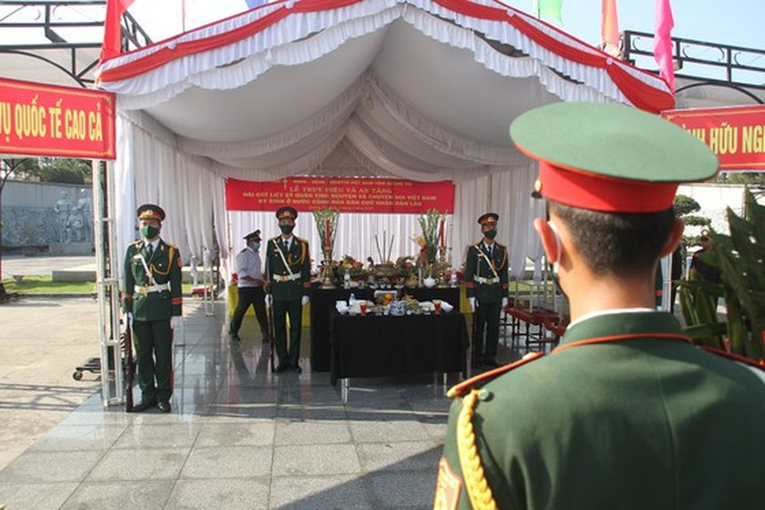Quang Tri holds memorial service for remains of fallen soldiers in Laos ảnh 4