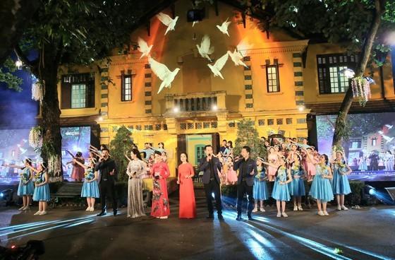 Live link-up TV program marks President Ho Chi Minh's 130th birthday ảnh 2