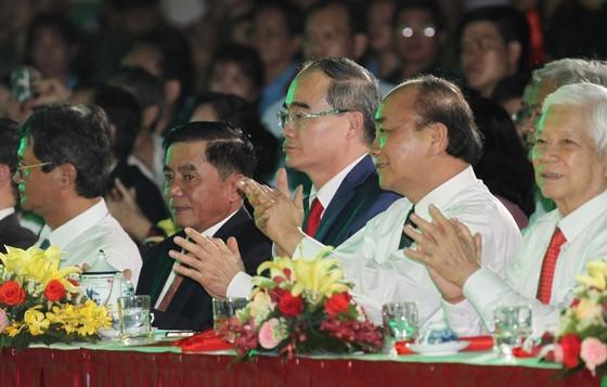 Live link-up TV program marks President Ho Chi Minh's 130th birthday ảnh 1