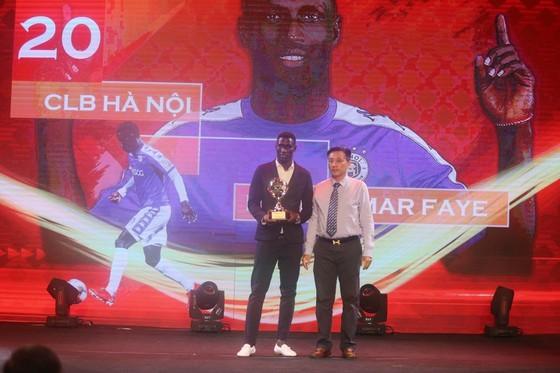 Do Hung Dung claims top honour at 2019 Vietnamese Golden Ball Awards ảnh 13