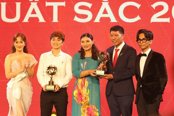 Do Hung Dung claims top honour at 2019 Vietnamese Golden Ball Awards ảnh 14