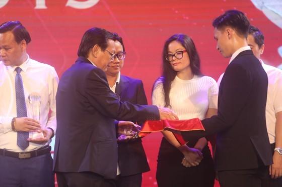 Do Hung Dung claims top honour at 2019 Vietnamese Golden Ball Awards ảnh 15