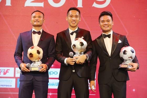 Do Hung Dung claims top honour at 2019 Vietnamese Golden Ball Awards ảnh 2
