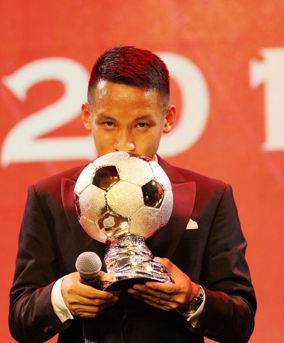 Do Hung Dung claims top honour at 2019 Vietnamese Golden Ball Awards ảnh 3